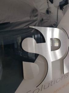 Découpe lettrage en relief du logo spi en alu
