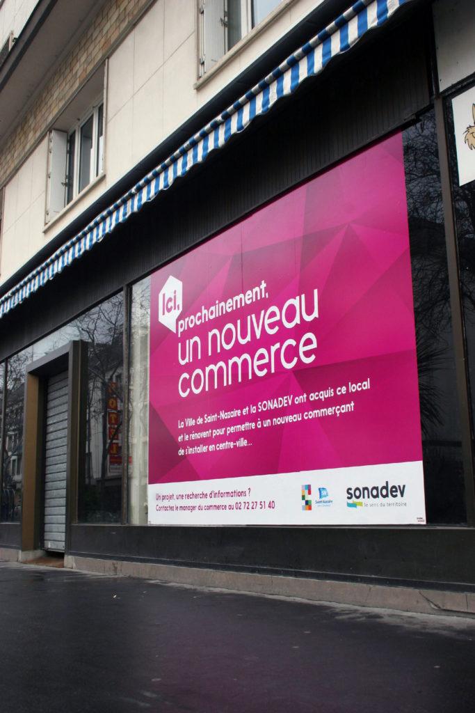 Impression et pose d'adhésif pour la vitrine extérieur Sonadev à Saint Nazaire