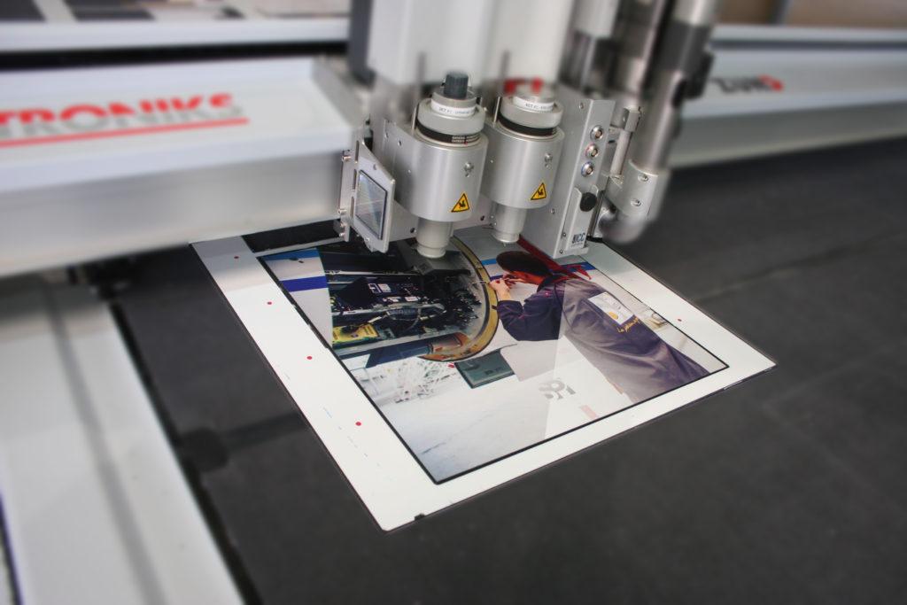 Découpe d'un panneau cadre imprimé sur matière dibond