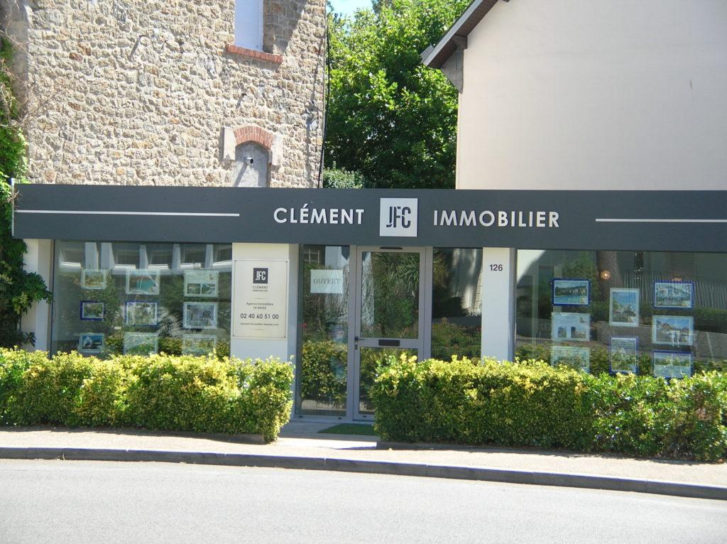 Enseigne réalisée en lettrage relief pour l'agence Clément immobilié