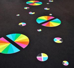 Adhésif au sol sol imprimé circulaire et coloré